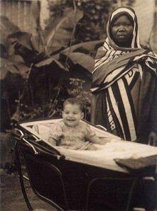 Rok 1947, brytyjska kolonia Zanzibar, wschodnie wybrzeże Afryki. Niańka pozuje obok swojego podopiecznego o imieniu Farrokh Bulsara. Ćwierć wieku później chłopiec będzie znany j...