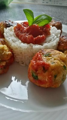 Pulpeciki z ciecierzycy w sosie pomidorowym podawane z ryżem ♥ Zdrowo i bardzo smacznie!