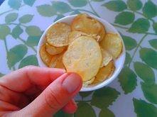 Chipsy z mikrofalówki! Fenomenalne i ekspresowe!   Wykonanie jest banalnie proste. Ziemniaka dokładnie myjemy (możemy obrać) i kroimy w bardzo cienkie plasterki. Następnie wykła...