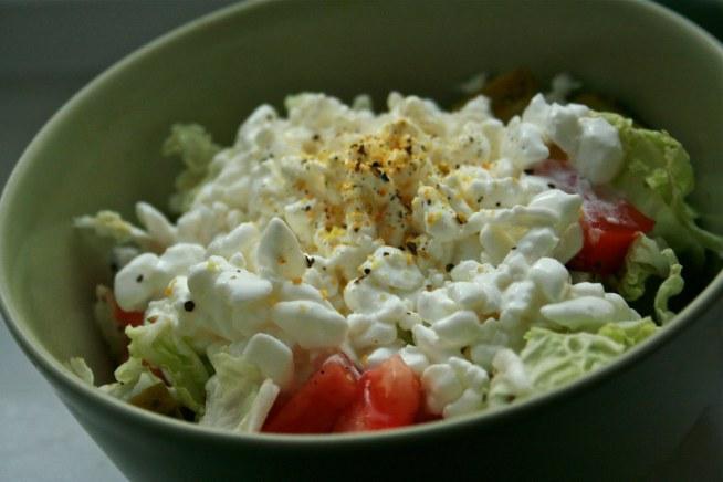 Najprostszy sposób na lekkie i pożywne śniadanie - serek wiejski z warzywami :)  'wygodne' i pasujące warzywa - papryka, rzodkiewka, pomidor, ogórek :)