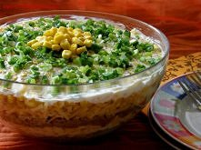 Warstwowa sałatka z tuńczykiem Składniki: 2 puszki tuńczyka w oleju 1 woreczek ryżu, najlepiej parboiled (10 dkg) 4 jajka puszka kukurydzy 20 dkg żółtego sera 1/2 pęczka szczypi...