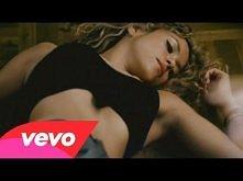 Shakira feat. Alejandro Sanz - La Tortura  Fajnie wyglądała cała na czarno, upaćkana i krojąc tą cebulę :)