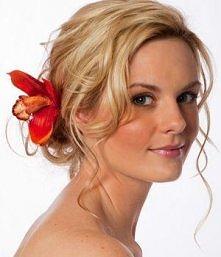 blondyneczka z kwiatem we w...