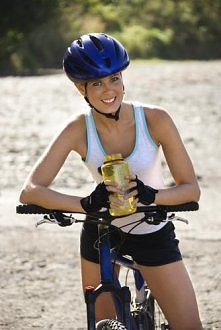 Wczoraj 30 min. na rowerku :)  Wiatr wiał, było zimno, ale dałam radę :D I to sama! Co u mnie jest rzadkością, żebym sama na rower poszła :D