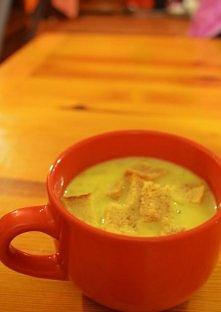 czosnkowa - zupa krem    składniki :      1 litr bulionu z kostki rosołowej     4 ziemniaki     Kilka ząbków czosnku     1 średnia cebula     Pół szklanki śmietany 18 %     Sól,...