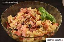 Składniki:  200 g makaronu typu kolanka 200 g szynki parmeńskiej 1 słoik suszonych pomidorów w oleju (285 g) garść czarnych oliwek 1 czerwona cebula 1 łyżka suszonej bazylii sól...