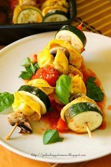 Szaszłyki z tortelloni Składniki: - 4 duże pieczarki - 1 cukinia - pomidorki ...