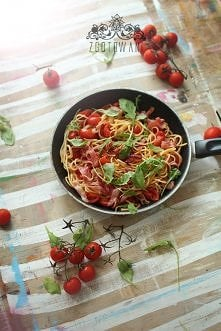 Spaghetti z szynka szwarcwaldzką, pomidorami i rukolą