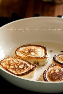 Delikatne cytrynowe placuszki z mascarpone Składniki (porcja dla 4 osób): 125 g serka mascarpone (pół opakowania) 1,5 szklanki mąki pszennej 3 łyżki cukru 2 łyżeczki proszku do ...