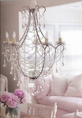 Kryształowy żyrandol, biel i pudrowy róż, słodko, kobieco ale wyważenie. Shabby ad Arte: febbraio 2014