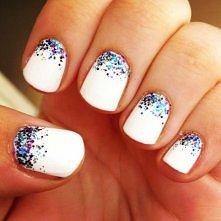 prosty sposób na ładne paznokcie, wystarczy biały lakier i brokat.