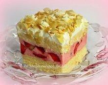 Truskawkowe rafaello Ciasto biszkoptowe: 4 jaja; 0,5 szklanki cukru kryształu; 1 cukier waniliowy; 0,75 szklanki mąki pszennej; 1 płaska łyżeczka proszku do pieczenia; Białka ub...