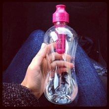 Butelka Bobble :) + wystarczy wlać kranówkę - zostanie ona od razu przefiltrowana + nie musisz wydawać pieniędzy na małe butelki wody mineralnej + są poręczne i ładne