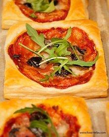 Zapiekanki z ciasta francuskiego  Składniki:  opakowanie ciasta francuskiego kulka mozzarelli 2 łyżki przecieru pomidorowego 2 – 3 pieczarki kilka plasterków salami 5 – 6 czarny...