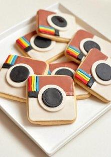 ekstra pomysł na dekoracje ciastek :DD takie paski kolorowe mozna zrobic pisakami z 3 zł kosztuje jeden :)