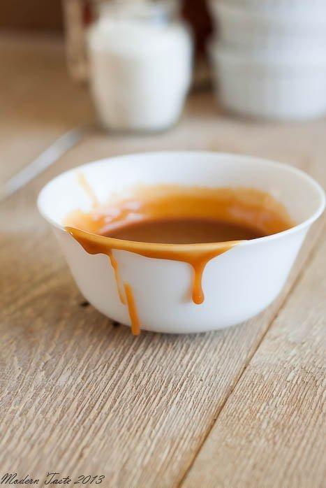 Karmel w mniej niż 10 minut wg Gordona Ramseya  120 g cukru 200 g śmietanki 30% 1/2 łyżeczki soli  Cukier wsypujemy na suchą patelnię i potrząsamy nią tak, aby pokrył całą jej powierzchnie w miarę równą warstwą. Stawiamy patelnie na średnim ogniu i czekamy, aż cukier zacznie się karmelizować. Trwa to ok. 2-3 minut. Ważne jest, żeby karmelizującego się cukru nie mieszać. Pozwalamy mu się całkowicie stopić i uzyskać ciemny, bursztynowy kolor. Gdy cały cukier będzie już płynny dodajemy ok. 1/3 kremówki i dokładnie mieszamy, aż się połączy. Następnie dodajemy resztę i gotujemy 1-2 minuty, karmel będzie nadal dość rzadki, ale po wystygnięciu mocno zgęstnieje. Zdejmujemy z ognia, dodajemy sól, mieszamy i zostawiamy do ostygnięcia. Karmel w mniej niż 10 minut wg Gordona Ramseya Źródło: moderntasteblog.blogspot.com
