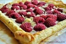 Malinowa tarta na cieście francuskim z migdałami  opakowanie ciasta francuskiego -garść lub dwie świeżych  malin -250g sera ricotta -garść płatków migdałów -szczypta cynamonu -c...