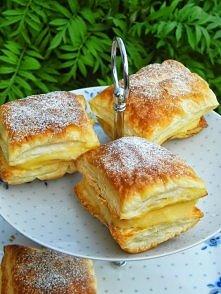 Ciastka z kremem Składniki: 2 opakowania ciasta francuskiego Krem: 3 szklanki mleka 4 jajka 3/4 szklanki cukru 3 łyżki mąki pszennej 3 łyżki mąki ziemniaczanej opakowanie cukru ...