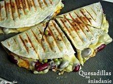 Quesadillas na śniadanie SKŁADNIKI (dla 2 osób) 2 placki tortilli 1/3 puszki czerwonej fasoli 1/3 puszki groszku 8 plastrów żółtego sera 1/2 pomidora (pokrojonego w 8 części) zi...
