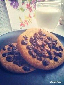 Pieguski maślano - migdałowe z czekoladą!    Składniki   - 1 czekolada mleczna  - 1 czekolada biała - 2 szklanki mąki pszennej - 0,5 szkl cukru białego - 0,5 szkl cukru brązoweg...