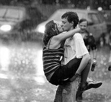 pocałunek w deszczu   jakie romantyczne *.*