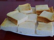 Cudowny niskokaloryczny sernik!! Skladniki: -Twaróg Bieluch półtłusty 200 g -Jaja kurze całe 60 g (1 szt.) -Cukier waniliowy 15 g (15 ml) -Aromat waniliowy 15 g (15 ml) -Budyń w...