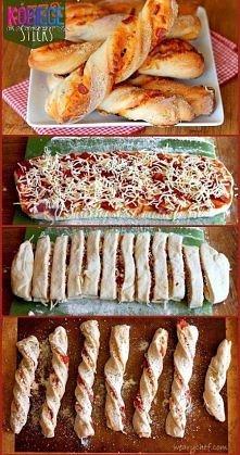 Pizzowe paluchy!!! Idealna przekąska na imprezę!!! Robimy jak zwykłą pizzę później kroimy w paski i zawijamy świderki... Pyszności...