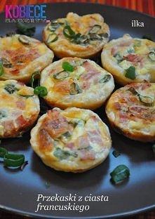 Pomysłowe śniadanko !!!  Składniki na 12 sztuk: -1 opakowanie ciasta francuskiego (275g), -ok. 70g szynki lub innej wędliny, -ok. 100g startego na tarce żółtego sera, -ok. 2 łyż...
