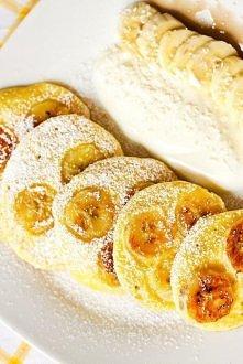 Placki jogurtowe z bananami Składniki (ok. 8-9 sztuk, 2 porcje): • 90 g mąki pszennej • 2 płaskie łyżki cukru • łyżeczka ekstraktu z wanilii* • łyżeczka proszku do pieczenia • ł...
