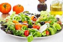 Lekka sałatka  Każda sałatka z lekkim sosem na bazie oliwy sprawdzi się doskonale nawet w największy upał!  Jeśli masz ochotę na bardziej treściwe i sycące danie, możesz do niej...