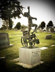 Grób Matthew Robisona.  Chłopca, który przez całe życie był przykuty do wózka inwalidzkiego.