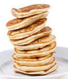 KLASYCZNE PANCAKES. Składniki: 2 szklanki mąki pszennej 2 jajka 1,5 szklanki mleka 75 g rozpuszczonego masła 3 łyżeczki proszku do pieczenia 3 czubate łyżki cukru szczypta soli ...
