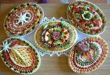 Świetnie udekorowane półmiski z przekąskami