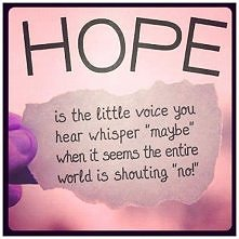 """Nadzieja to taki mały głosik, który słyszysz szepczący """"może"""" kiedy wydaje się, że cały świat krzyczy """"nie!"""""""