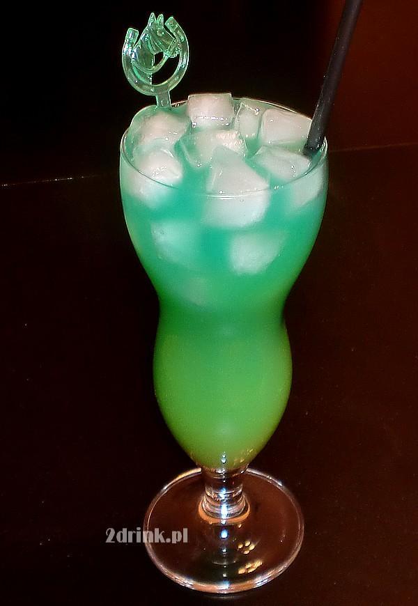 Zielony, pyszny drink o lekko egzotycznym smaku, do powolnego sączenia.    Czary-Mary to drink, który łączy różne letnie smaki – pomarańcza, melon, kokos. Z tęsknoty za słońcem i plażą można zrobić go już teraz – może w ten sposób wyczarujemy wiosnę i w końcu przyjdzie ;)         Składniki: ◾50 ml wódki ◾50 ml likieru kokosowego ◾25 ml Blue Curacao (likier) ◾25 ml likieru melonowego ◾kostki lodu ◾sok pomarańczowy do dopełnienia    Przygotowanie:  Cztery pierwsze składniki wstrząsam w shakerze, żeby się dobrze połączyły i schłodziły. Wlewam do dużej szklanki. Dodaję lód i uzupełniam sokiem pomarańczowym. Podaję ze słomką.