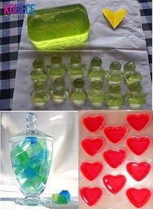ŻELOWE MYDEŁKA ♥♥♥ POTRZEBUJECIE: -100 ml mydła w płynie, -1 łyżeczka soli kuchennej, -20 g żelatyny, -100 mln gorącej wody, -silikonowe foremki do robienia kostek lodu , -łyżka.