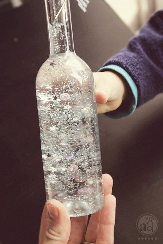 Do butelki nalać wody destylowanej dodać krople gliceryny, brokat, cekiny i wszystko co jest błyszczące, przepuszczające światło i lekkie(aby nie opadały)