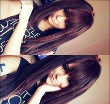 Długie ciemne włosy.