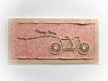 Kartka dla Młodej Pary - tandem  Przestrzenna kartka w różu, zdobiona delikatnymi przeszyciami, tekturowym rowerem oraz drukowanym napisem.   Dostępna w butiku Madame Allure!