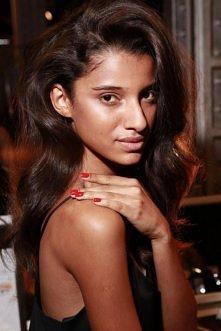 Inspiracja beauty na dzisiaj - piękne falowane włosy i lśniące czerwone pazno...