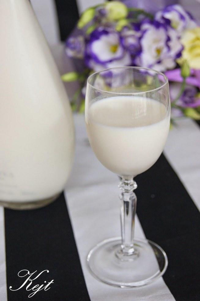 Składniki: 500 ml wódki  200 g wiórków kokosowych 1 puszka mleka skondensowanego słodzonego 1 puszka mleka skondensowanego niesłodzonego 1 puszka mleczka kokosowego  Przygotowanie: Do słoika 1l wsypujemy wiórki kokosowe i zalewamy wódką, słoik zakręcamy i odstawiamy do lodówki na 5-10 dni codziennie potrząsając słoikiem. Następnie do dużej miski przecedzamy przez gazę wiórki z wódką ( do tego przydaje się męska ręka). Miksując dodaję mleko niesłodzone, mleko kokosowe i mleko słodzone ciągle mieszając. Przelewam do butelek i przechowuję w lodówce.