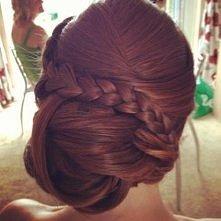 Świetni pomysł na elegancką fryzurę.
