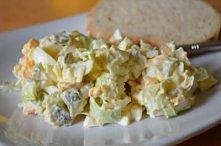 sałatka z pora     1 duży por     4 jaja ugotowane na twardo     100 gramów sera żółtego     4 średnie ogórki konserwowe     sól, pieprz     2 - 3 łyżki majonezu    Pora pokroić...