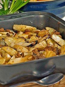 Pieczone ziemniaki z pieczarkami SKŁADNIKI 1 kg ziemniaków nie rozpadających się podczas gotowania 3/4 kg małych pieczarek 3 spore cebule główka czosnku 8 łyżek oleju sól świeżo...