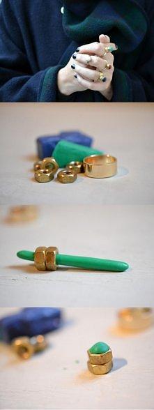 Potrzebujesz: nakrętki mosiężne,glinę polimerową albo modelina, ukochany lakier do paznokci,klej i podstawę pierścienia.