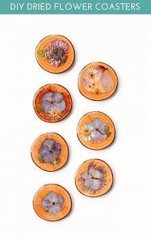 suszone kwiaty na plastrach z drewna;
