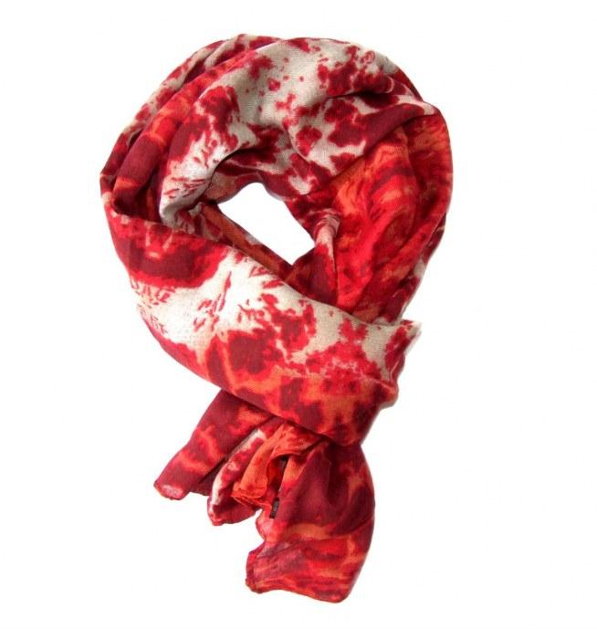 Czerwony szal z kolekcji WILD - piękny i elegancki. Idealny na jesień i zimę!