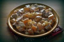Czas przygotowania: 15 min Składniki: - kurczak wędzony - puszka ananasa - puszka brzoskwiń - puszka kukurydzy - majonez (lub dodatkowo jogurt naturalny) Wędzonego kurczaka obie...