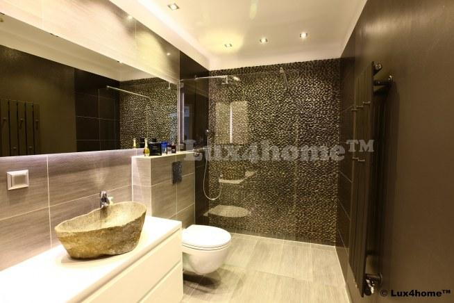 Otoczaki na ścianie prysznica. A w komplecie umywalka z kmienia polnego Lavabo Batu Kali. Oto jak może wyglądać łazienka z otoczakami Lux4home™.  - nie widać łączeń między plastrami - całość wygląda jakby kamienie układane były  pojedynczo.