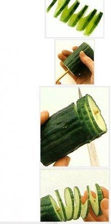 A o to pomysł jak oryginalnie zrobić dekorację z ogórka. Należy go nabić na szpatułkę do szaszłyków i w umiejętny sposób naciąć nożem